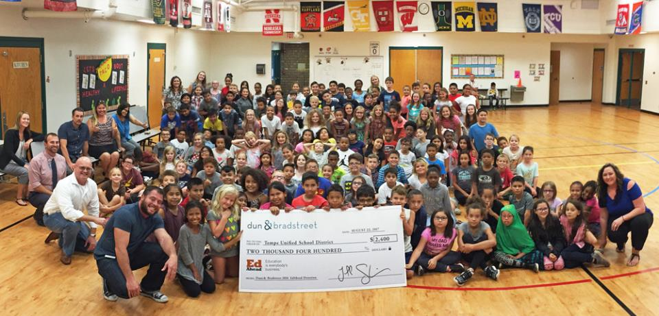 Panoramic Photo of Hudson Elementary students and Dun & Bradstreet big check donation